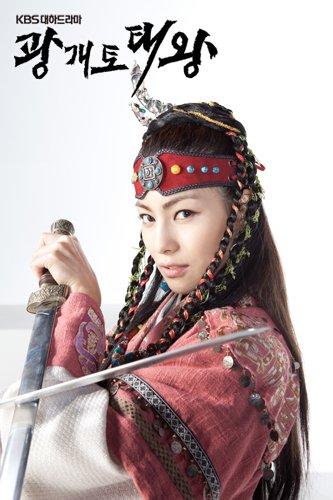 김정화 holding a blade