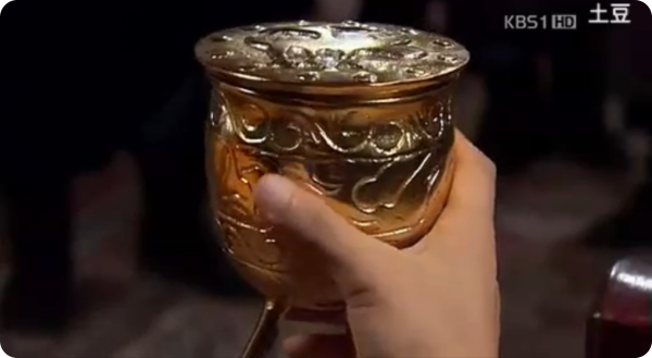 A 3 legged gold cup given by King Damdeok