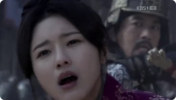 Doyeong's face expression as an arrow pierces her abdomen